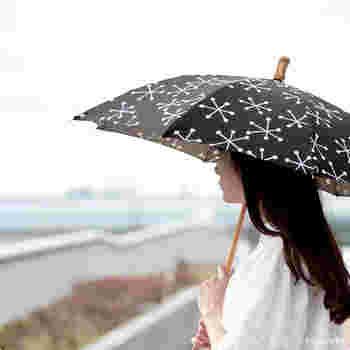 日傘の柄にしては珍しい、雪の結晶がデザインされています。微妙に形の違う結晶が散らばっていておしゃれ!他の人とちょっと違った日傘を持ちたい方におすすめです。
