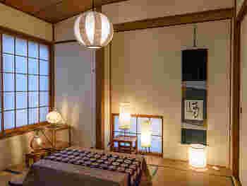 布と同じように柔らかい光が特徴。和風やアジアンテイストのものが多く、和室だけでなく洋室に似合うデザインのものも豊富です。