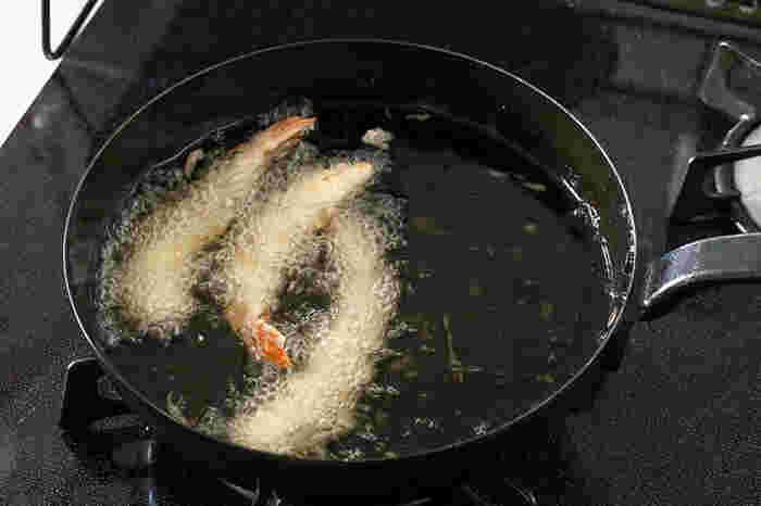 揚げ物をおいしく作るためには油の温度が重要です。油の温度は一般的に低温の160℃、中温の170℃、高温の180℃に分けられます。唐揚げや天ぷらなどほとんどの揚げ物には170℃前後が適しています。そのほか、食材に応じて温度を調整するのがポイントです。