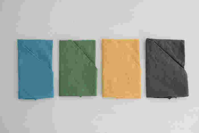 さらりとしたリネンの東袋。カゴバッグに似合うような自然な色合いのバリエーションが揃っています。