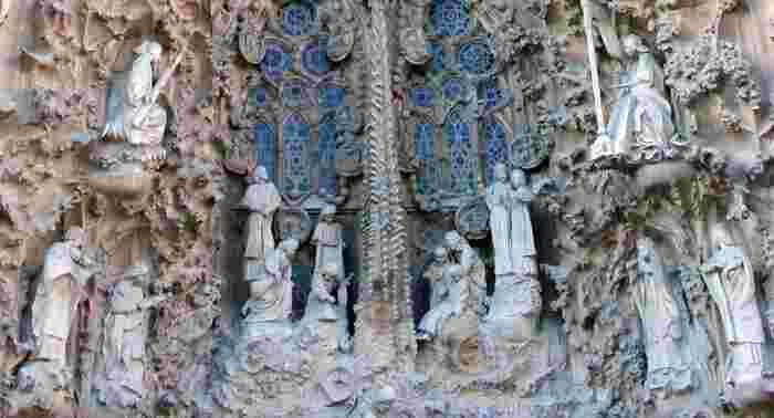 「生誕のファザード」に飾られている「15体の天使の像」は、日本人彫刻家である外尾悦郎氏による作品です。長年数多くの専門家たちが建設に携わっている世界的名所で日本の方が活躍されているというのは、同じ日本人として感慨深いものがありますね。