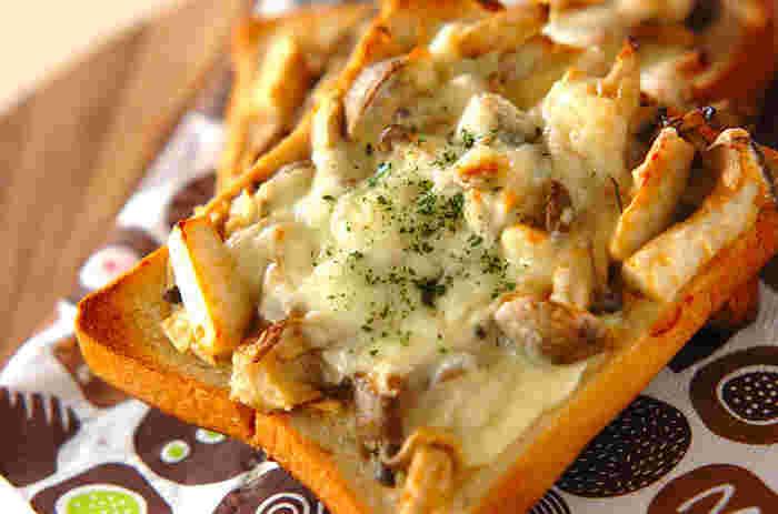 シメジ・マイタケ・エリンギを使用した、ボリューム満点のトーストレシピ。マヨネーズに味噌を加えることで、濃厚な味わいを楽しめます。味つけしたキノコ類をパンにのせてトースターで焼くだけなので、なんと5分で完成◎