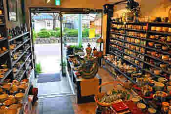 若宮大路の、八幡様に向かって左手にあるお店。1階が和食器店、2階はカフェという造りで、カフェでのジャズライブが有名です。