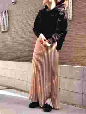 ただのピンクには抵抗のある方が多いかもしれません。そんな時こそペールピンクの出番です!ブラックと組み合わせることで甘すぎない大人可愛いスタイルを作ることができます。  ピンクのロングプリーツスカートには、黒のリュックやスニーカー、スエットでまとめると引き締まります◎