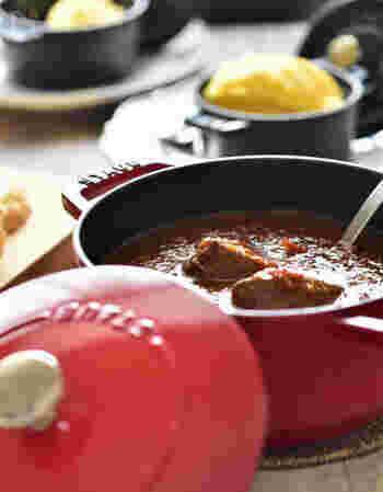 こちらは、煮込まれた肉のうまみや野菜の甘みが生きる、無水ビーフシチュー。パーティーなどにも喜ばれそうですね。おしゃれなココット鍋は、卓上によく映えます。