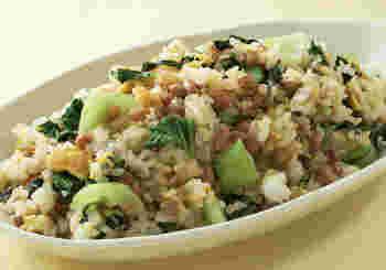 納豆を使った、タンパク質が豊富でヘルシーなチャーハンです。納豆は事前に洗ってから使うので、ネバネバや味が苦手な人でも食べやすいレシピです。