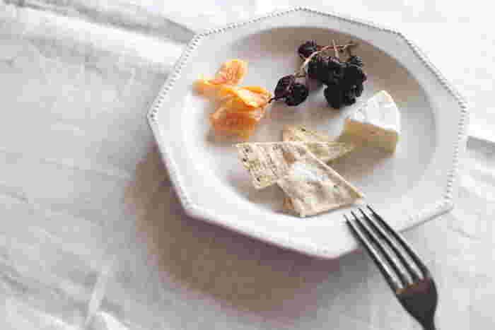 リムのドットが繊細で、六角という形も存在感のあるホワイトプレートに、ワインのおつまみを。メイン食材をどんと乗せてもいいのですが、ここはあえて余白を意識した盛りつけをすることで、うつわの魅力を引き出していますね。