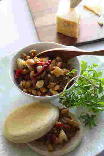 コロコロのパルミジャーノを加えたチリコンカンは、チーズのコクとスパイスのいい香りが食欲をそそります。 作り置きにも便利ですよ!そのまま食べるのは勿論、パンにはさんでも美味しく頂けます!