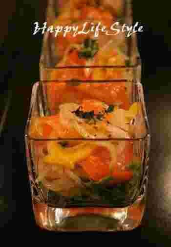色鮮やかな、サーモンや黄色・オレンジ色のパプリカを使って作ったマリネは、華やかでおもてなしにも重宝しそうです。バゲットにのせて♪