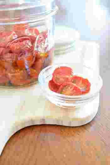 オーブンを使って手軽につくれる、ドライトマトのレシピです。