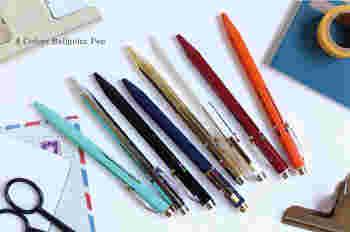 9角軸が手になじむスチール素材のペン。細身で手帳にセットしやすく、ビジネスシーンで活躍してくれる機能的な4色ペンです。カラーバリエーションも豊富です。