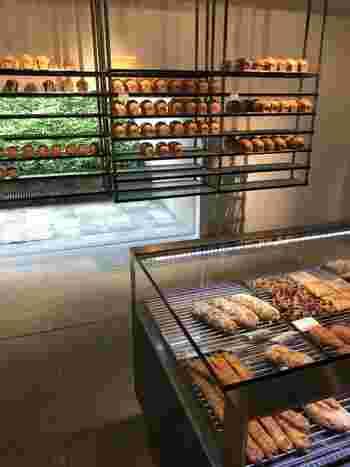 モダンな建物が印象的な「ダンディゾン」は、パン好きな方ならご存じの方も多いはずです♪細い道を進み店内に入ると、そこはまるで美術館のような異空間が広がっています。アート作品のように並ぶ美しいパンの数々と、焼き立てのパンの香りが漂う店内は最高です。