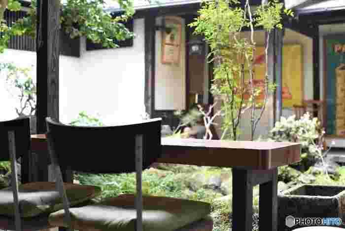 カフェなどに入った時も、できれば窓の外や庭などを眺めて目のブレイクタイムに。