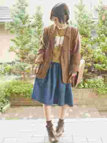 ふんわりデニムスカートにテーラードジャケットを合わせると、ナチュラルなのにキチンと感のある雰囲気に。 インナーを変えるだけで、いろんな雰囲気に変化してくれそうです。