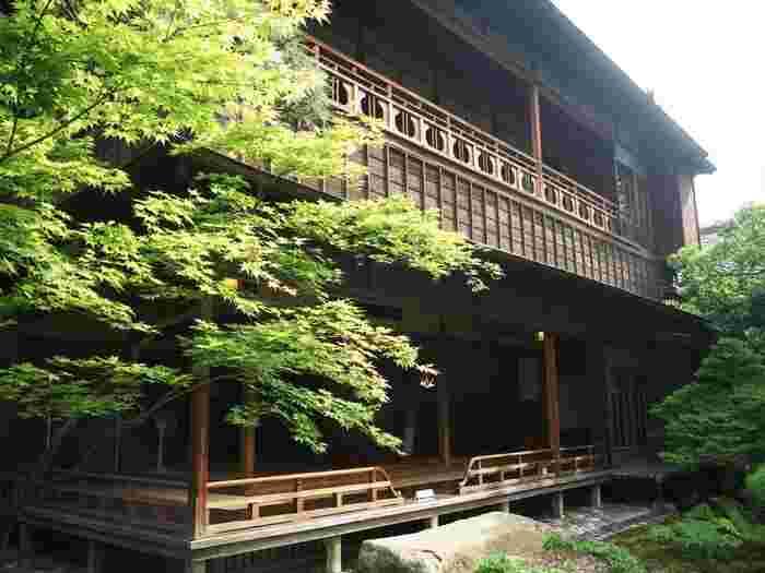 大正7年、当時の豪商・齋藤喜十郎が別荘として建設した近代和風の建物。砂丘地形を利用した回遊式庭園は見事なもので、平成25年には国の登録記念物に登録されました。