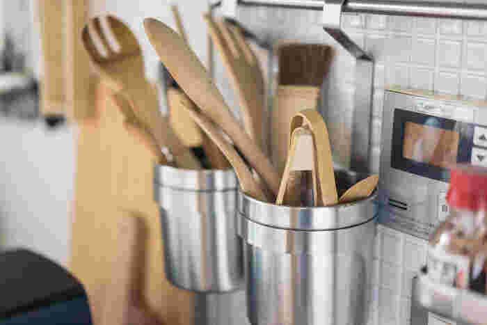 ごちゃついて見せないためのテクニックは、キッチンツールやキッチンインテリアの色や素材を厳選すること。 アイテム数が多くても、統一感を感じられるおしゃれなキッチンに。