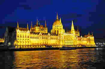 ゴシック建築で作られた国会議事堂のライトアップは迫力があります。