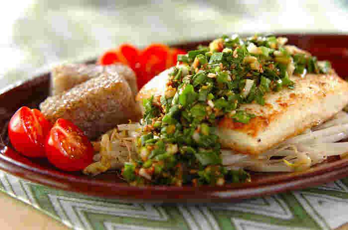 ニラや白ねぎ、ショウガなどが入ったソースをかけて、ボリュームたっぷりな豆腐ステーキのできあがり。プチトマトを添えて、彩りも豊かに♪ニラソースは、豆腐だけでなくお肉料理などに活用するのもおすすめです。