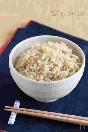 圧力鍋で炊くご飯は、もっちりしていてワンランク上の味わいです。こちらは玄米のレシピですが、白米の場合は浸水時間を30分にして、水の量も少し減らして調整してください。