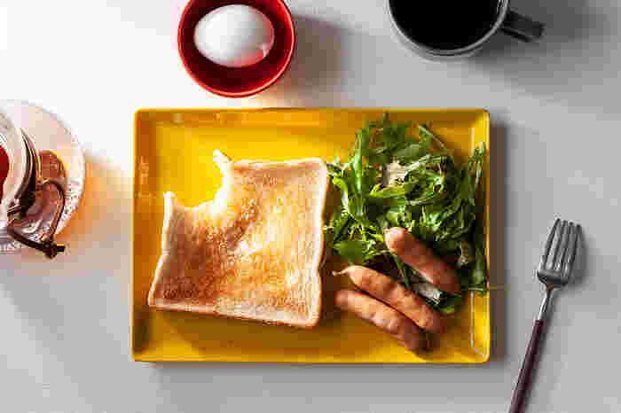 中でもおすすめはスクエアプレート。トーストとサラダ、おかずをバランスよくワンプレーとに盛りつけることができます。他にも、とんかつとキャベツの千切りなど、メイン料理の盛り付けにもぴったり。同シリーズのブロックボウルやマグなど、色違いで使っても不思議とまとまり感があります。