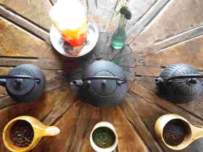 ドリンクは南部鉄器で風情たっぷり。コーヒーはボリビア産、煎茶は鹿児島産、紅茶はスリランカとインド産で、どれもオーガニックにこだわっています。カフェのインテリアやメニューなど、こだわりが詰まっいて不思議な空間。昔話の世界に迷い込んだような気分を堪能できます。
