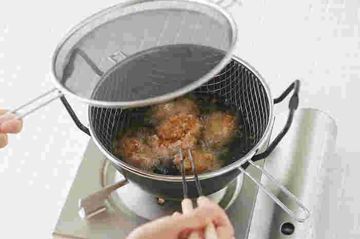 食材が揚がってきたら、かごごと一気に引き上げ、そのまま持ち手に引っかければ油切りすることが出来ます。 今まで揚げ箸を使い1つずつつまみ上げていたという人には、嬉しい限りですね!面倒に感じる2度揚げも、これなら楽ちん! 油はね防止用のネットは、黒いメッシュでできているので、かぶせた状態でも鍋の中の様子がよく見え、揚げ物にありがちな油はねを見事に防いでくれます。油はねが怖くて揚げ物は苦手…なんて人にこそ使って貰いたい優れものです。これならコンロ周りに飛び散った油の掃除も少なく済み、いいことずくめ。 サイズは22cm、28cmの2サイズ展開。小ぶりな22㎝は一人暮らしや2人分の揚げ物にちょうど良い大きさで、気軽に揚げ物を楽しむことができます。28㎝なら3~4人家族におすすめ!揚げ物タイムはこの一式でスムーズに…。