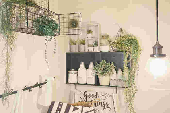 こちらはサニタリースペースにフェイクグリーンをワイヤーバスケットに入れて飾っています。洗面所やトイレなどは、フェイクフラワー&グリーンを飾るのにぴったり。防菌・消臭効果のある商品も増えているので、おしゃれさと実用性を兼ねることができ一石二鳥です。