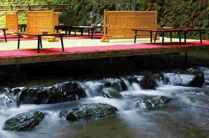 そんな貴船の夏の風物詩が川床。貴船川の上に設けられたお座敷で、京料理を頂くことができます。見た目に涼しげなだけでなく、実際に京都市内よりも気温が10℃も低いんだとか。  涼しく風流な川床料理が頂けるお店をご紹介します。