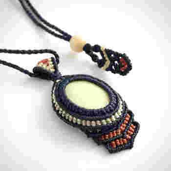 インド産天然石、イエローサーペンチンをネイビーの紐で編んで包んだプリミティブな雰囲気のマクラメネックレス。モノトーンTシャツ×デニムなど、シンプルなカジュアルコーデにも合いそうですね。