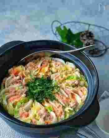 定番のミルフィーユ鍋ですが、白菜と豚肉の間に餃子の皮を挟むことで、スープにとろみがついてもっちり食べ応えもアップ。プチプチの明太子ととろ~りチーズもよく合います。