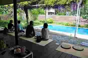 横山邸のプールや藤棚はそのまま残っており、縁側でくつろげます。軒も長いので、日差しや雨も気にならず過ごせるのがうれしいですね。四季を感じながらコーヒーを楽しめます。