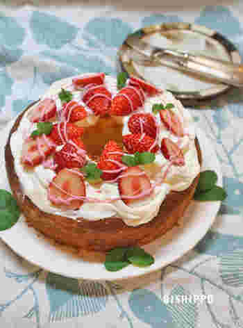 こちらは、レモン風味のシフォンケーキに甘酸っぱいイチゴと生クリームでデコレーション!ピンクのチョコペンで施したアクセントもとっても可愛らしいですね!プレーンの生地にこだわらず、お好きなテイストで生地作りをしてもいいですね!
