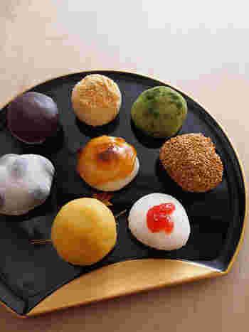 彩が美しい餅菓子は、種類も豊富。上にいちごのソースが乗った「いちごクリーム」は、見た目も美しくて贈り物に喜ばれそう。