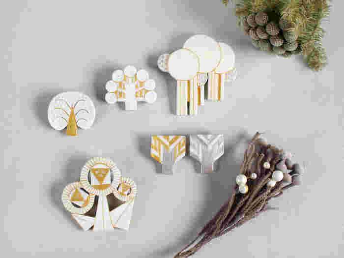 花や木などの自然モチーフを抽象的なイメージにしたブローチたち。 ブローチの名前も「丸の実のなる木ブローチ」や「鈴の実のなる木ブローチ」「編み込みの木のブローチ」など、とてもユニークです。 陶器で出来ていて、ハンドメイドならではのあたたかみを感じられます。 シンプルなシャツやニットの胸元に、バッグや帽子につけても素敵。
