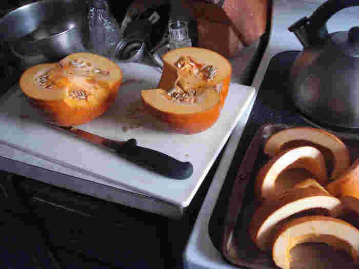 かぼちゃなどの硬い食材を切るときは、絶対に無理に横方向に動かしながら切らないこと。刃が欠けたり、曲がることがあります。 また、切れ味をよくするために薄い刃でつくられている包丁では、カチコチに冷凍された食品や、お餅などの極端に硬すぎるものは切らないようにしましょう。  金属や石などの硬いものの上では、包丁を使用しないようにしましょう。刃こぼれすることがあるので、木製やプラスチック製のまな板を使うようにします。 ※こちらの画像の包丁は、有次のものではありません。