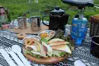 サンドイッチやスイーツなど一式をピクニックボックスにまとめた『アウトドア・クッキングランチ』セット。ワンバーナーでお湯を沸かしてコーヒーを淹れるなど、キャンプ気分が味わえます。