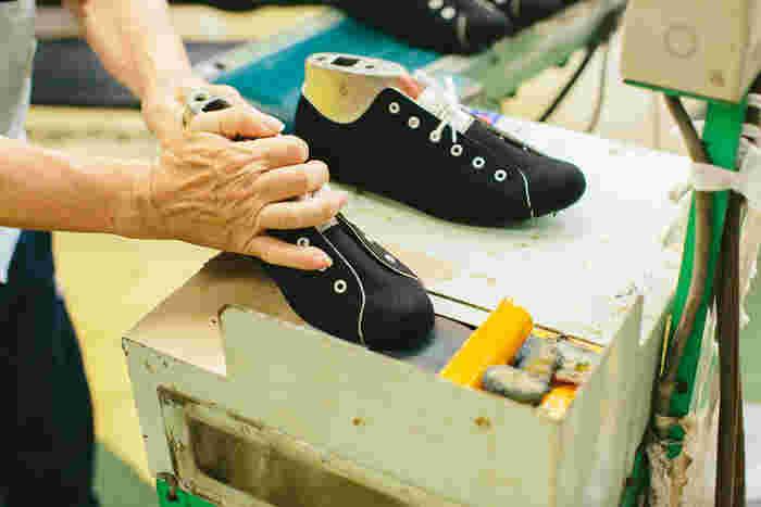 細かな作業も全て手作業で。職人さんが長年培った経験と勘があってこそ、ムーンスターの靴は出来あがるのです