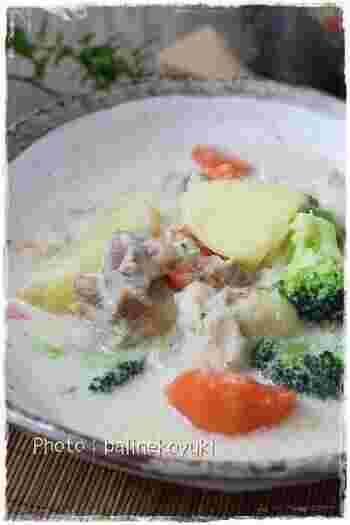 煮込み時には最初は水で、次に牛乳を入れて、最後に生クリームを加えます。小麦粉の代わりに米粉を使うとコッテリしすぎず優しい口当たりに。