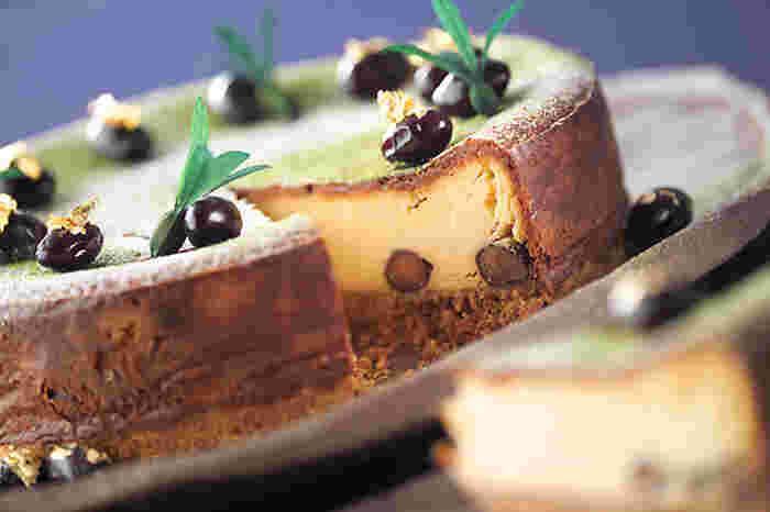 黒豆を使っているので、お正月のおやつとしても◎特別な日にも活躍しそうなベイクドチーズケーキです。クッキー底には黒豆の甘煮、生地にはクリームチーズときな粉が入っています。最後に抹茶や金箔を振りかければ、さらに豪華になります。