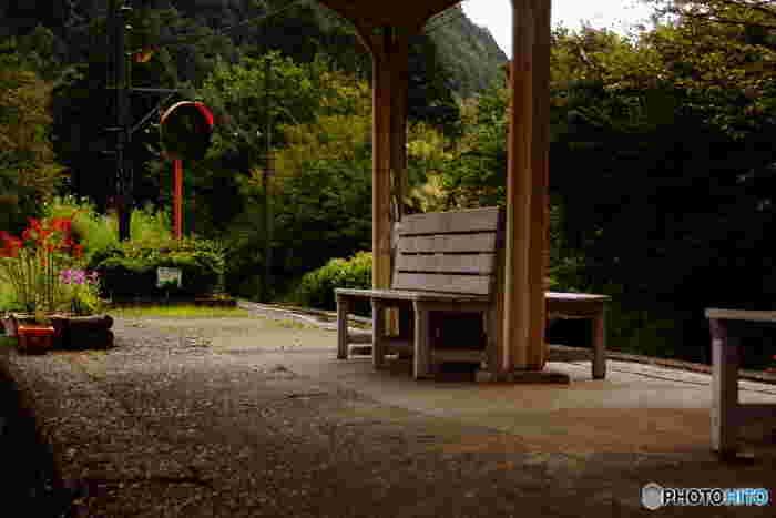昭和初期から変わらない周囲の風景、所々に雑草が生えた古びたコンクリートのホーム、木製の待ち合い椅子がノスタルジックな雰囲気を醸し出しています。