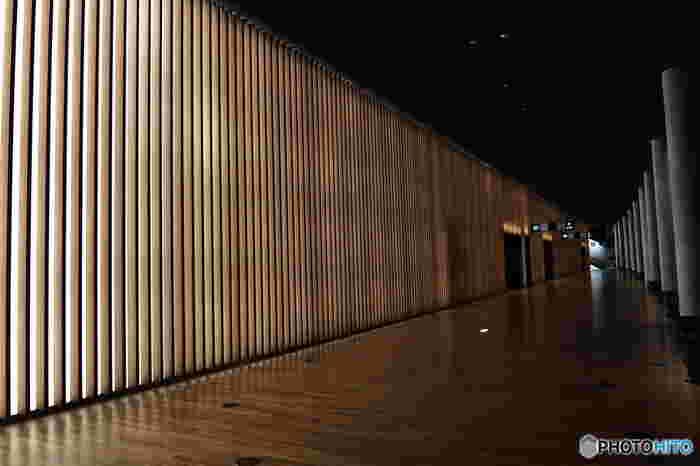 内壁は幻想的な光の回廊となっていて、壁自体がライティングの効果をもたらしています。
