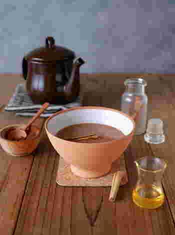 マグカップでココアを愉しむのもいいですね。シンプルなのもいいですが、シナモンやジンジャーなど体が温まるスパイスを加えるのもおすすめ。無糖のココアにはちみつを入れて、やさしい甘さでリラックス♪
