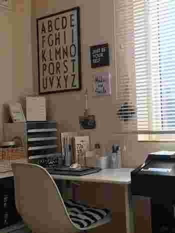 壁向きにデスクを配置したワークスペースは、壁をお気に入りのアートなどで飾ってみては。小さくても「自分らしい空間」を演出できます。こちらも、リビングのインテリアにマッチするものを選んでみてください。