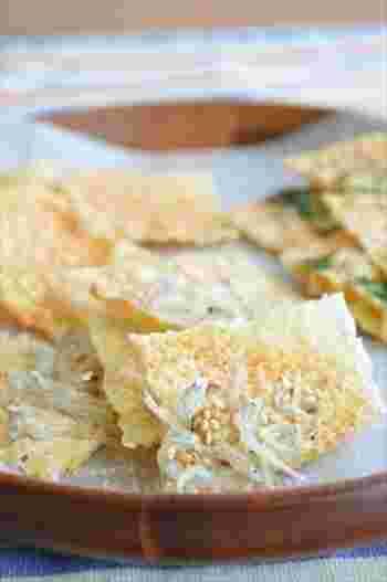 そのまま食べてももちろん美味しいスライスチーズですが、テレビ番組で紹介されて人気が出ている、おすすめしたい食べ方がこちら。スライスチーズをフライパンで温めると、パリパリの食感が楽しめるんです!