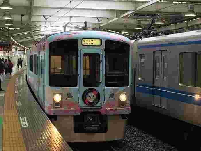 まず最初は、西武鉄道で行く、美味しい料理と四季の風景を楽しむ優雅な旅をご紹介します。 池袋・新宿と秩父の間を約2時間半から3時間で運行する観光電車。都内からも気軽に出かけられて、ちょっとした旅行気分を味わえます。その名の通り、座席数は52席限定。土日を中心に年間100日程度の運行です。昼間の秩父行きはブランチコース、夜の秩父発はディナーコースとなっています。