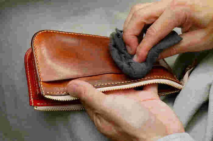 このように、ゆったりと経年変化(エイジング)を楽しんでいけます。小さなキズも愛おしくなり、ずっと長く使える逸品です。 たとえ財布の役目を終えたあとでも、ポーチとしても活躍してくれるはず。まさに、長く使える一生ものですね。