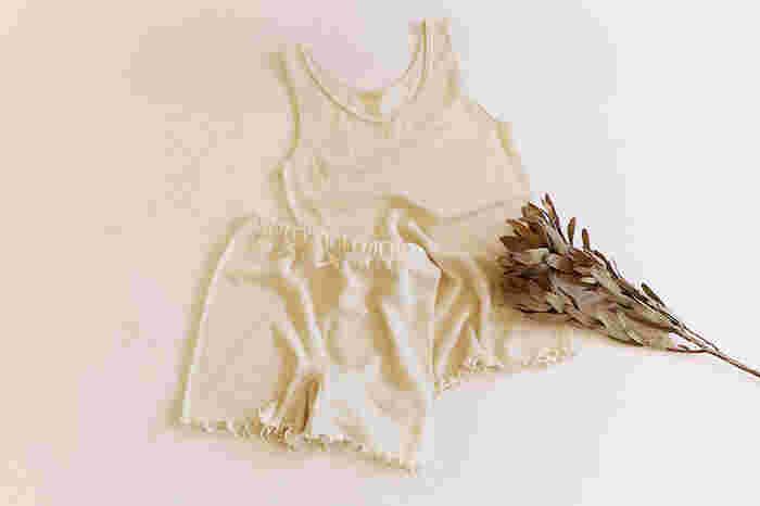 内側にシルク、外側にウールの生地を使用した人気の「絹がさね」シリーズ。シルク生地は柔らかく滑らかな肌ざわりで、ウールは目が粗く通気性に優れ、さらっと軽いタッチ。2枚の生地を重ねることで空気をはらみ、年間をとおして快適な湿度、体温を保ちます。タンクトップと一分丈ショーツを、お得な2枚セットにしました。