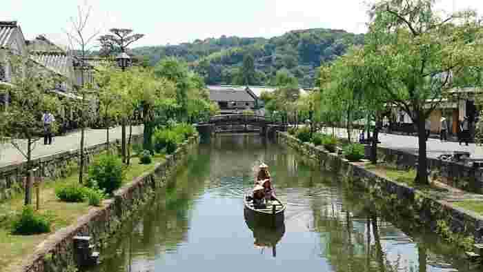 美しい掘割りと柳並木。白壁の屋敷や蔵。町家が並ぶ風情は、実に情緒豊か。岡山を観光するのなら、第一に訪れたいスポットです。