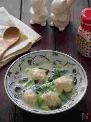ジューシーな鶏団子に、とろみのついた豆乳スープがしっかり絡む、ほっとする味わいのレシピです。肉汁たっぷりの鶏団子を作るコツは、肉だねの中にゼラチンを混ぜ込むこと。たったひと手間で、さらにおいしく仕上がります◎