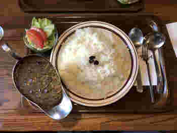 カレーに使われているキャラウェイシードを店名にした「キャラウェイ」のカレーは香辛料と素材をじっくり煮込んだ歴史あるお味。そして何と言っても驚くのがそのボリューム!普通盛りのご飯でもなんと約550gと驚きの量なんです。
